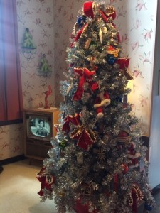 50's-Prime-Time-Cafe-Christmas-Tree